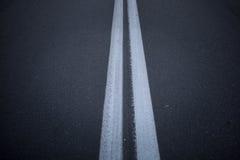 La strada asfaltata con la marcatura allinea le bande bianche Due linee continue Immagini Stock Libere da Diritti