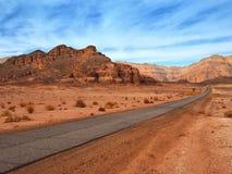 La strada asfaltata in deserto israeliano rosso fotografia stock libera da diritti