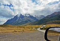 La strada attraverso il paesaggio della montagna Fotografia Stock