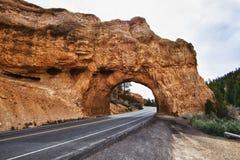 La strada attraverso l'arco vicino alla sosta del canyon di Bryce Fotografia Stock