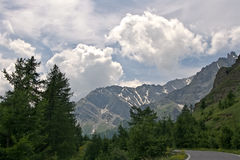 La strada attraverso le montagne Immagine Stock Libera da Diritti