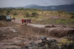 La strada B144 nell'inizio di Serengeti Tanzania dal lago Manyara, va area di conservazione di Ngorongoro del tiro, quindi Sereng immagini stock libere da diritti