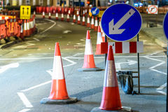 La strada BRITANNICA assiste i coni ed i segni di lavori stradali Immagini Stock
