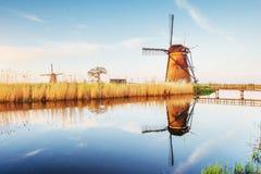 La strada che conduce ai mulini a vento olandesi dal canale a Rotterdam l'olanda Fotografie Stock