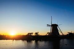 La strada che conduce ai mulini a vento olandesi dal canale a Rotterdam l'olanda Fotografie Stock Libere da Diritti