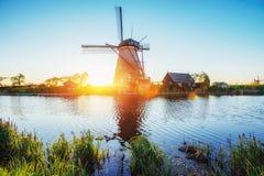 La strada che conduce ai mulini a vento olandesi dal canale a Rotterdam l'olanda Fotografia Stock