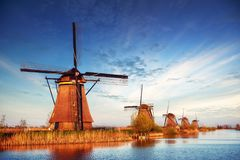La strada che conduce ai mulini a vento olandesi dal canale a Rotterdam l'olanda Netherland Fotografia Stock Libera da Diritti