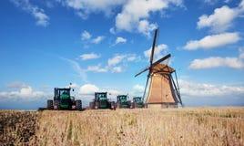 La strada che conduce ai mulini a vento olandesi dall'agro campo l'olanda Immagine Stock