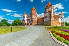 La strada che conduce al castello del MIR in Bielorussia Fotografie Stock Libere da Diritti