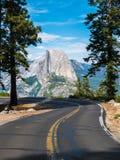 La strada che conduce al punto in parco nazionale di Yosemite, caloria del ghiacciaio Immagine Stock