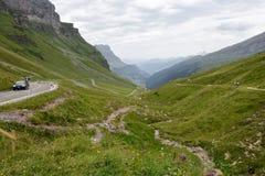 La strada a Chiusa passa sopra le alpi svizzere Fotografia Stock