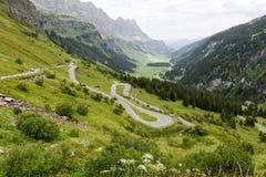 La strada a Chiusa passa sopra le alpi svizzere Immagine Stock Libera da Diritti