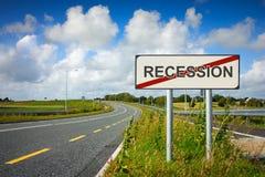 La strada con il segno di recessione ha attraversato con la riga rossa Immagine Stock Libera da Diritti