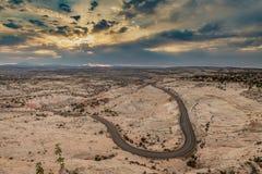 La strada d'avvolgimento del deserto di mattina si accende, l'Utah fotografia stock libera da diritti