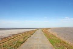 La strada dal mare va oltre l'orizzonte fotografie stock
