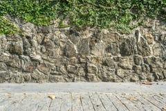 La strada del cemento con la pietra oscilla la parete Fotografia Stock Libera da Diritti