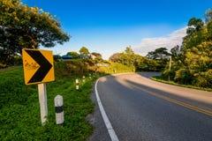 La strada della curva con cielo blu Immagine Stock Libera da Diritti