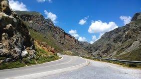 La strada della montagna passa la gola di Kourtaliotiko in Creta Fotografia Stock Libera da Diritti