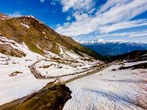 La strada della montagna sulle alpi ha chiamato il finestre del delle del colle Fotografie Stock