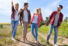 La strada di camminata due della campagna degli amici del gruppo della gente coppia il sorriso felice Immagini Stock Libere da Diritti