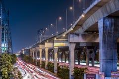 La strada di grande traffico a Bangna, Tailandia immagine stock