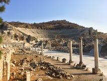 La strada di pietra romana con le colonne all'anfiteatro rovina in Ephesus A immagine stock libera da diritti
