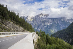 La strada ed il tunnel in Julian Alps Fotografia Stock