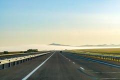 La strada entra in nebbia, la spiaggia, Russia, l'estate fotografia stock libera da diritti