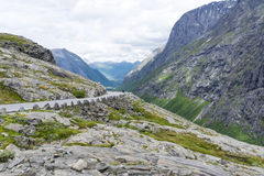 La strada fra le montagne, Norvegia di Trollstigen Fotografia Stock