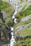 La strada fra le montagne, Norvegia di Trollstigen Fotografie Stock Libere da Diritti