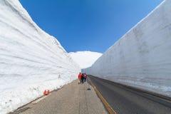 La strada fra la parete della neve dell'itinerario alpino di Tateyama Kurobe o Fotografie Stock