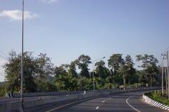 La strada funziona sulla montagna w Fotografia Stock Libera da Diritti