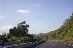 La strada funziona sulla montagna w Immagine Stock