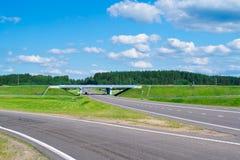 La strada, gren l'erba ed il cielo blu Fotografia Stock