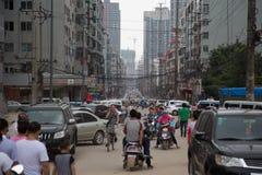 La strada ha ammucchiato con le automobili e la gente, Tai-Yuan, Cina Immagine Stock Libera da Diritti