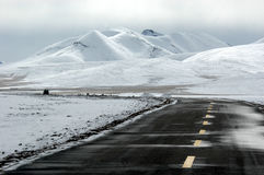 La strada innevata del Tibet Fotografia Stock