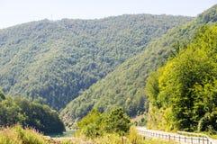 La strada lungo il lago zlatar della riva in Serbia occidentale Immagine Stock Libera da Diritti