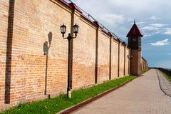 La strada lungo il muro di mattoni fotografia stock