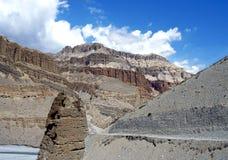 La strada lungo la valle del fiume Kali Gandaki in tomaia Immagine Stock
