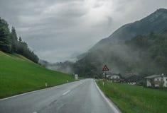 La strada in montagne delle alpi in Baviera, Germania Fotografie Stock