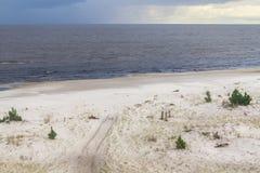 La strada nella sabbia di Lagoa fa il lago Patos Immagini Stock Libere da Diritti
