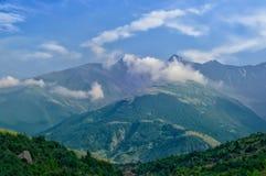 La strada nella vista di estate di Genaldon della gola e del fiume di Karmadon Le montagne di Caucaso immagine stock