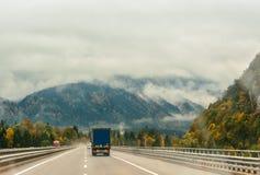 La strada nelle montagne alpi Immagini Stock Libere da Diritti