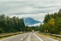 La strada nelle montagne alpi Fotografia Stock