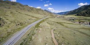 La strada nelle montagne di Altai Immagini Stock