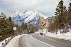 La strada nevosa in alpi austriache Immagini Stock Libere da Diritti