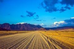 La strada non asfaltata in Namib-Naukluft Fotografia Stock Libera da Diritti