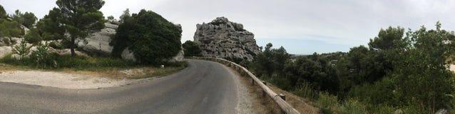 La strada a panorama di Les Baux-de-Provenza, Francia Immagini Stock