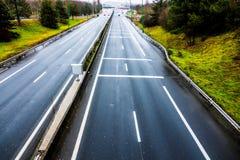La strada a pedaggio dell'automobile sta allungando all'orizzonte Immagini Stock Libere da Diritti