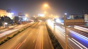 La strada principale che determina il lasso di tempo occupato di traffico zumma video d archivio
